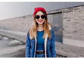 戴着黑色墨镜的可爱的高加索女孩站在街上微_1065785201
