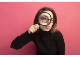戴着黑色高领毛衣和眼镜的年轻漂亮女子站在_1243252301