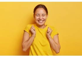是的终于成功了快乐的韩国女孩带着胜利_1193410901