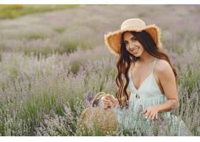普罗旺斯妇女在薰衣草地里放松戴草帽的女_1015538101