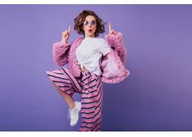 梦幻般的黑发女士跳上紫色的墙穿着白色运_1065789501