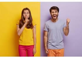 横拍年轻女子和男子身着休闲服站在一起表_1249518401