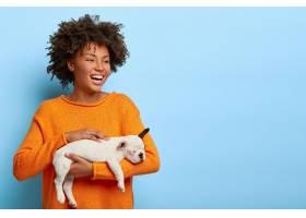 横拍快乐卷发的女人带着牙齿的微笑得到小_1249592001