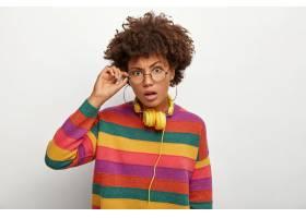 横拍疑惑卷曲的非洲黑人女子摸着眼镜框看_1249515401