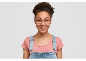 横拍相当满意的非裔美国女性带着牙齿的微_1042089701