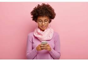横拍非洲发型的美女使用智能手机集中展_1249576401