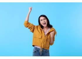 欢快的亚洲年轻女子举起拳头笑容满面是_924328601