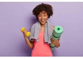 欢快的深色皮肤的年轻黑人女子拿着垫子和哑_1249584601