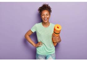 欣喜若狂的健康黑皮肤女运动员手挽臀部卷_1193256101