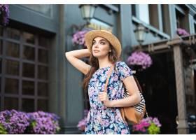 欧洲时尚女性写真年轻漂亮时髦女孩在城市里_866751401