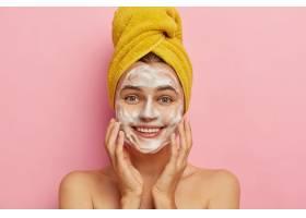洗臉和衛生的概念年輕開朗的歐洲女人用肥_1249550301