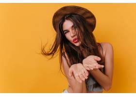工作室拍摄的壮观年轻女子的肖像面部表情_1108309901