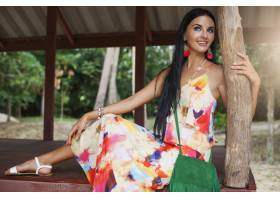 年轻性感美女穿着五颜六色的衣服夏日嬉皮_1052107201