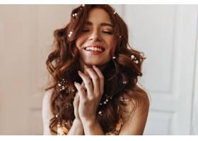 一位红发飘飘头戴鲜花的可爱女子在白色背_1267779701