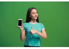 一个微笑的女人的肖像在绿色背景上显示隔_1249501901