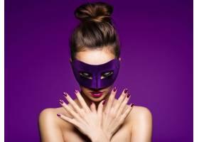 一个美丽的女人的肖像脸上有紫色的指甲和_1191659701