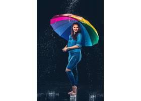 一位撑着伞的年轻漂亮女子_897093901