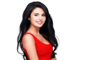 一位身穿红色连衣裙留着棕色长发面带微_1088126401