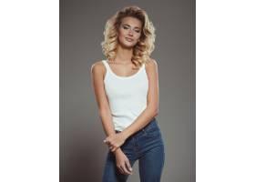 一位身穿蓝色牛仔裤和白色t恤的美女肖像_1117826901