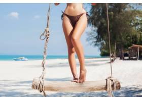 特写年轻性感美女在泰国度假在海边荡秋_1108301801