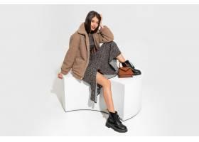 優雅的歐洲女人穿著冬季毛皮大衣和時髦的連_1157100601