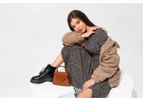 優雅的歐洲女人穿著冬季毛皮大衣和時髦的連_1157100901