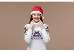 前景年轻女子在棕色背景上微笑着感慨圣诞新_1166847801