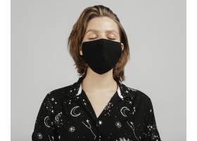 穿着黑色衬衫戴着面具的女人_1247648401