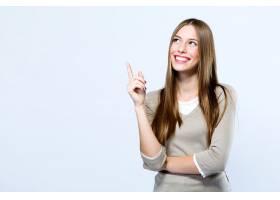 美麗的年輕女子在白色背景上指指點點_162488301