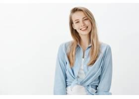 身穿蓝领衬衫的成功女企业家_1054644901