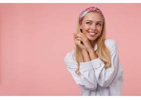 迷人年轻女子的室内肖像双手交叉靠近脸部_1110153401