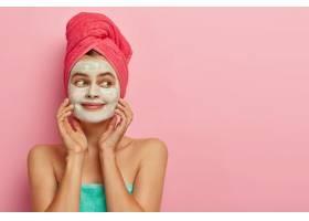 面容愉悅的女模特戴著保濕面膜露出干凈清_1249488001