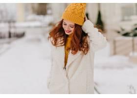 浪漫的姜花女孩在户外拍摄时低头看着冬天_1260826901