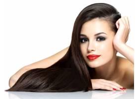 留着长长的棕色直发的美丽女子白色背景下_1191591401