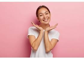 相貌怡人的亞洲女模特笑容可掬手掌貼近臉_1193408801