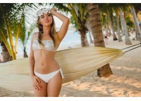 穿着白色比基尼泳衣的年轻性感女子在热带海_1151411101