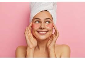 积极向上的美容女性关心眼部皮肤的美丽在_1249484701