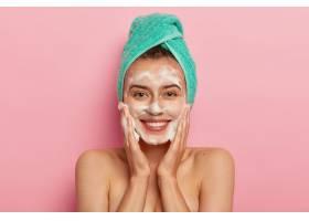 积极的年轻女性拥有灿烂的笑容完美的牙齿_1249545101