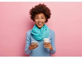 积极的非裔美国女性通过智能手机发短信喝_1249578001
