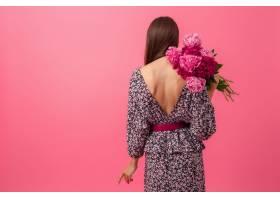 粉色背景的时尚女人穿着夏日时髦的连衣裙_1027408001