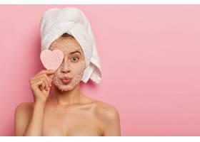 缩孔洁面理念有魅力的女性将海盐面膜涂在_1249544301