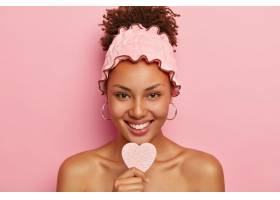 美丽年轻的黑人美国女士皮肤黝黑手持卸_1249566801