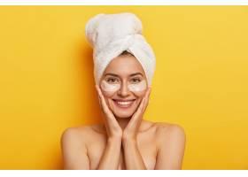 美丽开朗的女人有晒头发的毛巾双手贴在脸_1249602101