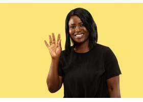年轻的非裔美国女性云海�T�擅�半仙�^�被隔离在黄色空间面部_1270026801