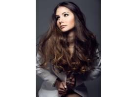 录音棚照片中的漂亮年轻女子的肖像_123356501