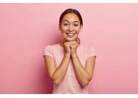 快乐的亚洲年轻女子梳着乌黑的头发双手_1249583101