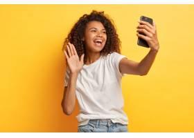 快乐的黑皮肤快乐的女人留着非洲发型拿_1249483601