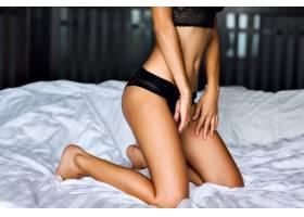性感女人在床上摆姿势身材苗条晒得黝黑_985580301