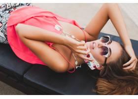 性感的女人从上面戴着墨镜在电话视图上交谈_1052327501