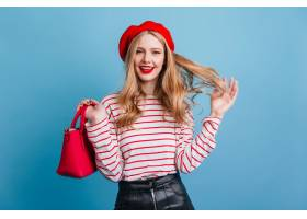 性感的法国女孩玩着金发微笑的年轻女士戴_1260961701